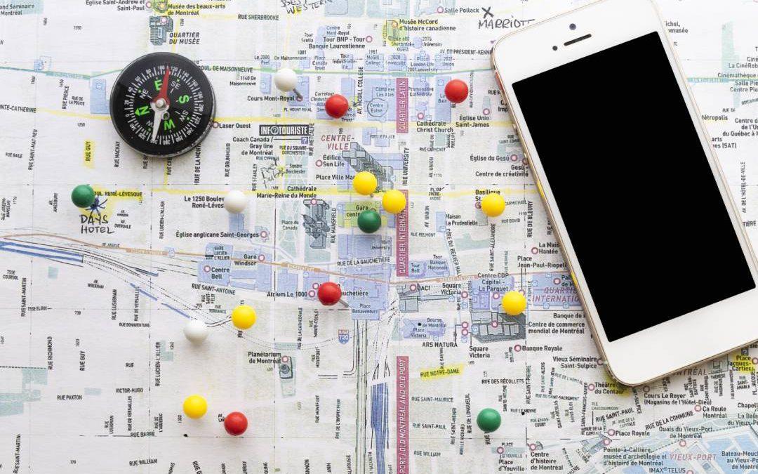 Mappa con un iPhone e una bussola